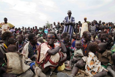 People displaced by conflict waiting for food distribution (file photo).