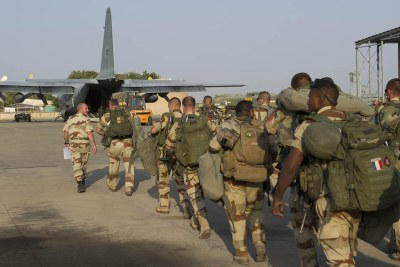 French soldiers board a military plane (file photo).