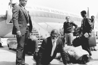 Andimba Toivo ya Toivo is seen kissing the Namibian soil upon his return in 1989. To his left is the late Swapo Party chairman David Meroro (file photo).