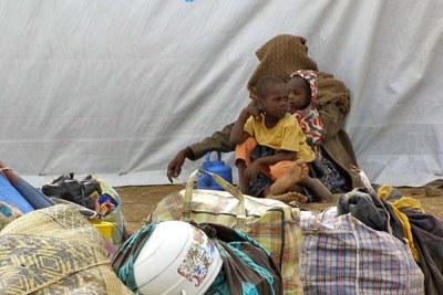 Dans le nouveau camp de Maltam, les réfugiés attendent d'être enregistrés avant de rassembler leurs affaires et de s'installer dans des rangées de tentes en toile. (archive)