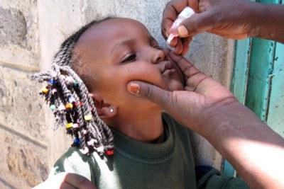 Une petite fille entrain de se vacciner à Nairobi.