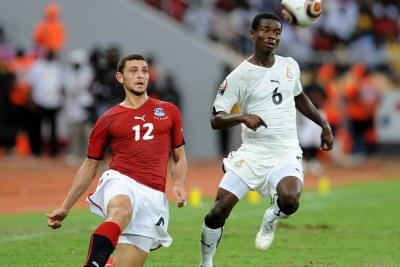 (PHossam Ghali et Anthony Annan du Ghana durant la CAN.