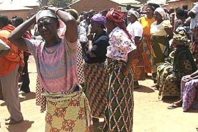 une femme pleurant sur le lieu de massacre du village de Dogon Na Hauwa à Jos