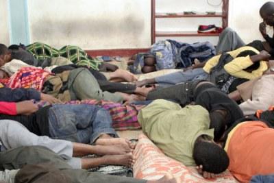(Photo archive) - Des migrants clandestins africains arrêtés et entassés dans une chambre de maison de détention