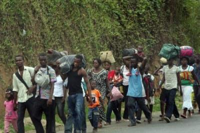 Des populations fuyant les combats en Cote d'Ivoire.