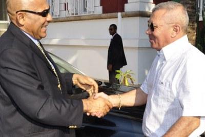 Le nouveau Premier ministre Jean Omer Beriziky, à gauche, souhaitant la bienvenue à son prédécesseur Albert Camille Vital à Antananarivo.