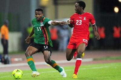 Christopher Katongo de la Zambie et Jose Bokung Alogo de la Guinée Équatoriale.