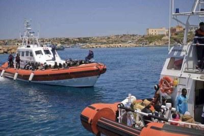 Des bateaux des gardes-côtes italiens arrivent à l'île de Lampedusa, après avoir secouru des personnes en détresse dans la Méditerranée.