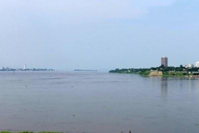 Les capitales les plus rapprochées du monde, séparées par le fleuve Congo: Brazzaville à gauche, Kinshasa à droite. 2010
