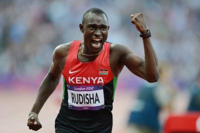 David Rudisha célèbre son médaille d'or, et bat en même temps son propre record mondial, en final du 800m homme au Stade Olympique de Londres.