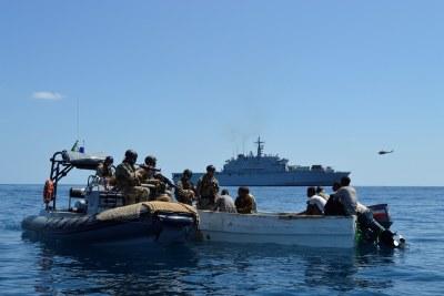 Des gardes-côtes arrêtant des pirates
