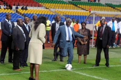 Le Premier Ministre Raymond Ndong Sima (balon au pied) au lancement du championnat de football pro au Gabon
