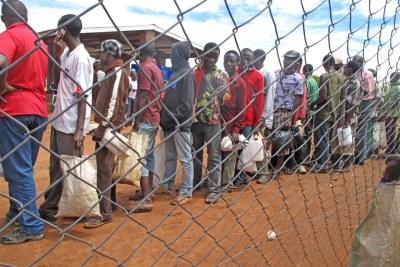 Des migrants sur le point d'être transférés.
