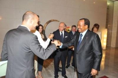 Mr Paul Biya  président du Cameroun avec Laurent Fabius ministre français des affaires étrangères et les otages français libérés.