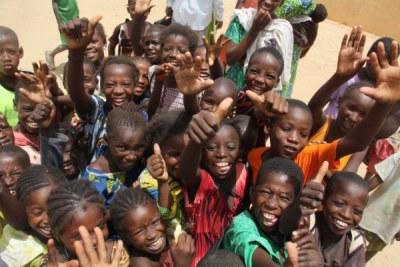 Elèves maliens à l'heure du lunch. Le Programme alimentaire mondial soutient l'éducation en offrant des repas aux élèves. L'organisation achète du mil et du niébé à travers le programme P4P pour fournir aux enfants des repas nutritifs à l'école.