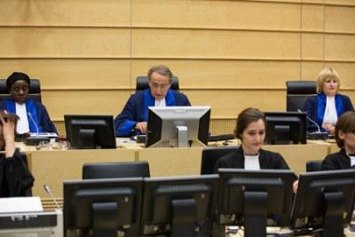 Les juges de la Chambre de première instance II de la CPI, Mme la juge Fatoumata Dembele Diarra, M. le juge président Bruno Cotte, et Mme la juge Christine Van den Wyngaert, lors du prononcé du jugement dans l'affaire le Procureur c. Germain Katanga le 7 mars 2014 © ICC-CPI
