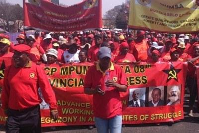 Des membres du syndicat Numsa marchent à Limpopo.
