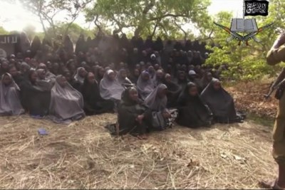 (Photo d'archives) - Une vidéo tirée du site Web du groupe terroriste Boko Haram du Nigéria allègue des dizaines d'écolières enlevées, couvertes de jihab et priant en arabe. Il s'agit de la première vue publique des filles depuis que plus de 300 personnes ont été enlevées dans une école du nord-est du Nigéria dans la nuit du 14 avril 2014.