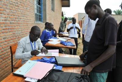 Des travailleurs électoraux effectuent l'inscription des électeurs pour les prochaines élections au Burundi en 2015.