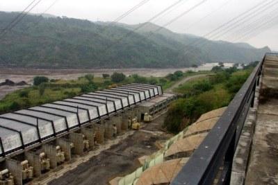 Vue sur la centrale Inga 2 depuis le haut du barrage, les conduites à droite, les transformateurs à gauche