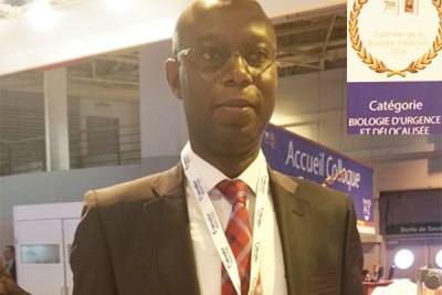 Daouda Ndiaye, parasitologue recoit  le prix de l'innovation biologique à Paris