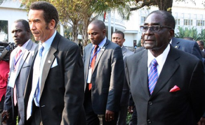Robert Mugabe poussé vers la sortie par les pays voisins du Zimbabwe