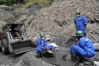 (Photo d'archives) -  Des ouvriers s'activant dans une mine en Afrique