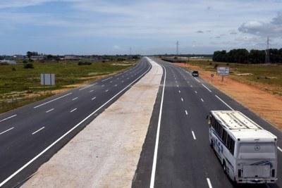 87,9 kilomètres de voies urbaines rapides aménagées, un quatrième pont à Abidjan ;  Création d'emplois pour 60 jeunes ingénieurs ivoiriens ;  La Banque africaine de développement, partenaire majeur pour la Côte d'Ivoire.