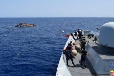 La marine italienne vient secourir des migrants partis de Libye