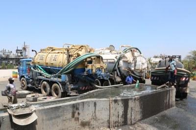 Une des avancées les plus impressionnantes dans la gestion des boues de vidange est en cours au Sénégal. L'Office national de l'assainissement du Sénégal (ONAS) s'est associé à la Fondation Bill & Melinda Gates pour créer le Programme de structuration du marché des boues de vidange (PSFSM). Ce programme a deux objectifs principaux: fournir aux consommateurs des services de vidange mécanique de haute qualité et peu coûteux, tout en augmentant les revenus des videurs professionnels.