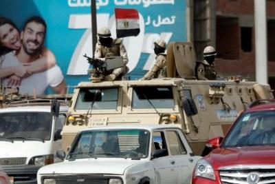 Des soldats de l'armée égyptienne patrouillent dans Le Caire après les attentats qui ont frappé des églises coptes, le 10 avril.