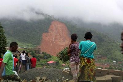 Des centaines de personnes seraient mortes suite aux coulées de boue et aux inondations qui ont frappé plusieurs communautés de la région de Freetown, en Sierra Leone.