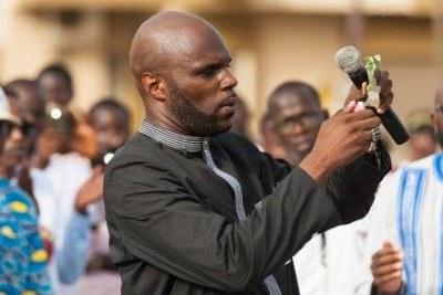 Kémi Séba, l'activiste franco-béninois en train de bruler un billet de banque lors d'une manifestation anti-cfa organisée à Dakar, Sénégal