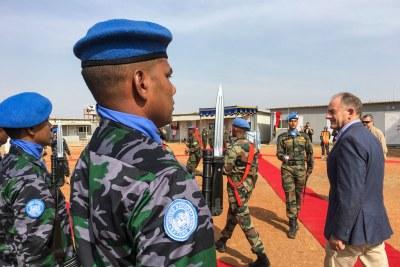 Le Représentant spécial et chef de la Mission des Nations Unies au Soudan du Sud (UNMISS), David Shearer (à droite), lors de sa première visite de terrain dans la ville de Malakal.