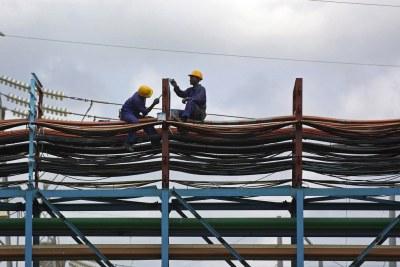 Des ouvriers dans une centrale électrique à Takoradi, au Ghana