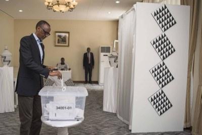 Le président Paul Kagame, présent en Chine pour le Forum de la coopération sino-africaine de cette année, vote à l'ambassade du Rwanda à Beijing.
