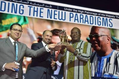 Le président Roch Marc Christian Kaboré recevant le Grand Prix MEDays 2018 des mains de Brahim Fassi Fihri, Président de l'Institut Amadeus, le vendredi 9 novembre 2018 à Tanger