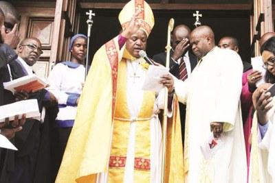 Le nouvel évêque du diocèse de Harare, Dr Farai Mutamiri (centre).