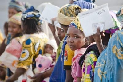 Au Cameroun, Des mères et des enfants centrafricains font la queue pour se nourrir au centre de réfugiés de Timangolo