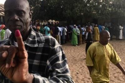 Un électeur sénégalais montre son doigt encré le 24 février 2019 dans une école du quartier Biscuiterie, à Dakar, reconvertie en bureau de vote, pour la présidentielle. © RFI/Guillaume Thibault