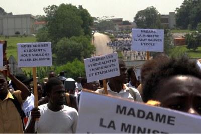 Une foule d'étudiants de l'université Houphouët-Boigny a défilé à Abidjan, le 26 février 2019.