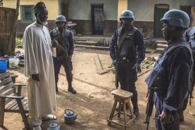 Des officiers de police de la MINUSCA patrouillent à Bouar, en République centrafricaine, en août 2018.