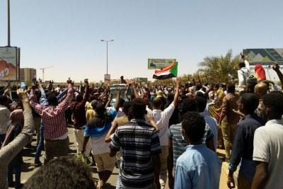 'Des milliers de personnes' dans les rues de la capitale soudanaise.