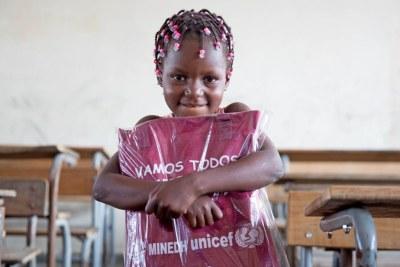 Une fillette de six ans de Beira reçoit son kit éducatif, alors que l'UNICEF intensifie sa réponse aux enfants et aux familles touchés au Mozambique, où des milliers de personnes ont été touchées par Cylcone Idai. (Avril 2019)