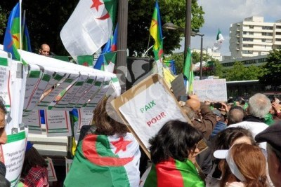 Des centaines d'Algériens de Paris et de sa banlieue se sont donnés rendez-vous à Stalingrad, dans le 19e arrondissement de Paris, au lieu de la place de la République aménagée pour le week-end en aire de jeux pour les enfants.