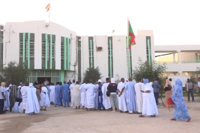 Video screenshot: Mauritanians queue to vote.