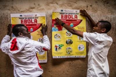 Les élèves ont installé des affiches d'information sur Ebola.