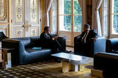 Abdallah Hamdok, Premier ministre de transition du Soudan discutant avec le président français, Emmanuel Macron à l'Elysée.