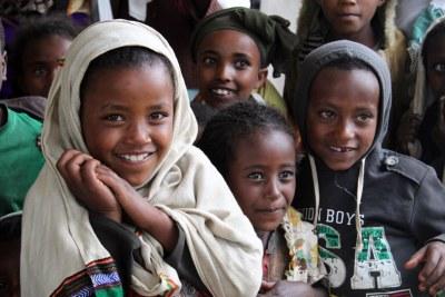 Des enfants issus non loin de Sululta, Ethiopia, Mai 2012.