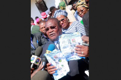 Renamo leader Ossufo Momade is reported to have shown journalists evidence of attempted fraud and declared that his party